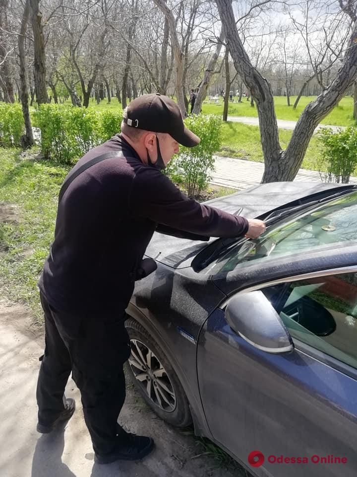 В районе 411-й батареи автохамов штрафуют за парковку на газоне