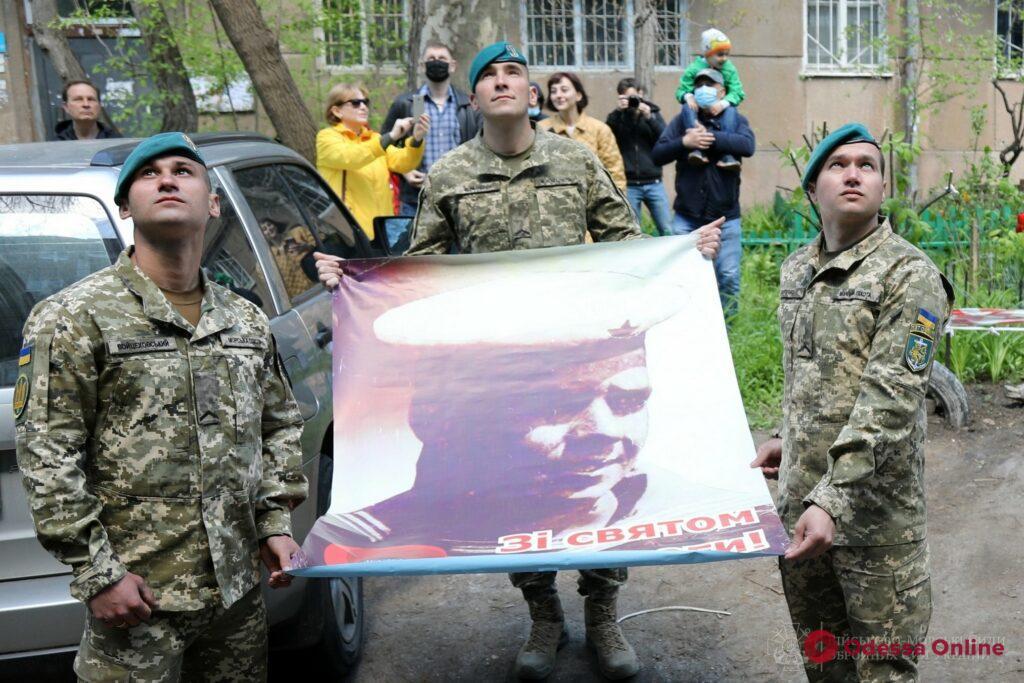Одесса: в День Победы под окнами 100-летнего ветерана-морпеха играл военный оркестр (фото)