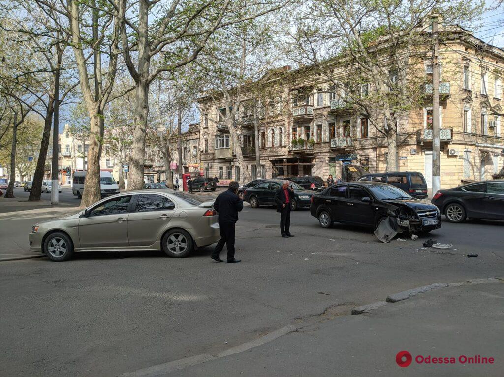 ДТП на Богдана Хмельницкого: дорогу не поделили Chevrolet и Mitsubishi (фото)