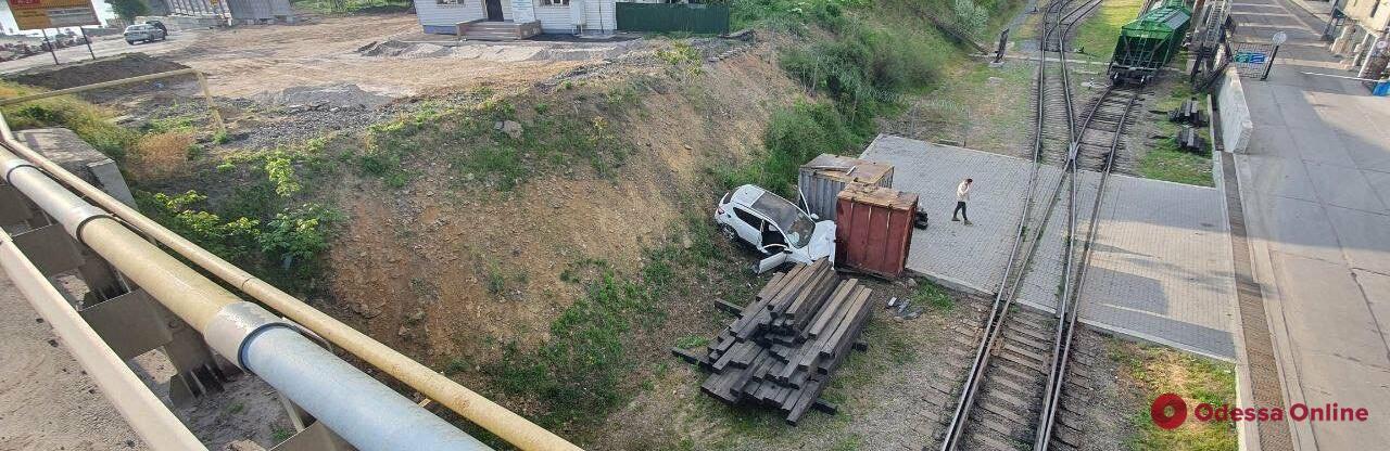 Возле паромной переправы под Черноморском легковушка упала со склона