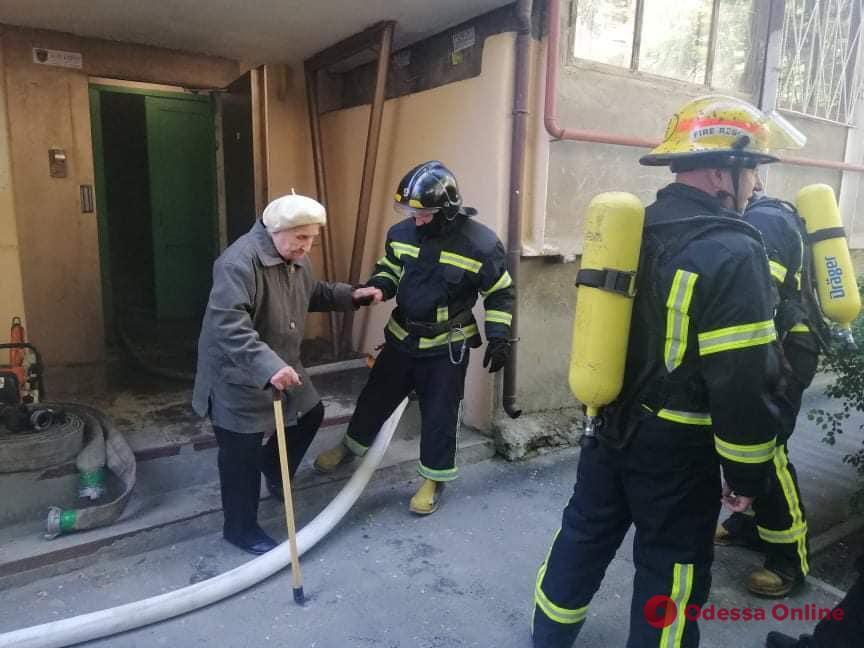 На Фонтане в пятиэтажке тушили пожар