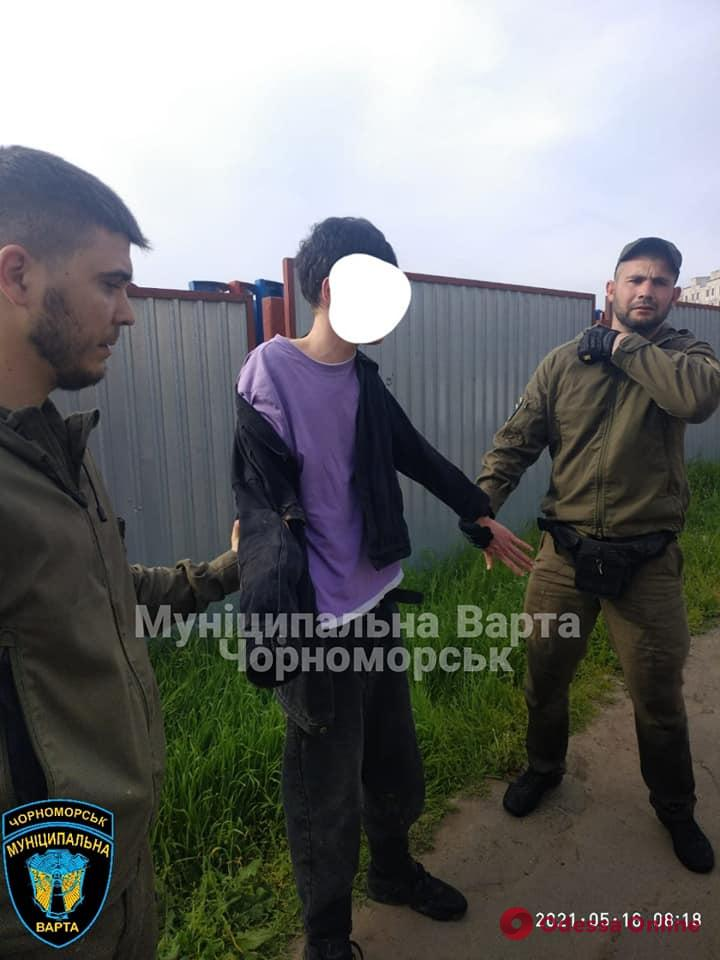 В Черноморске неадекват устроил «забег» по автомобилям