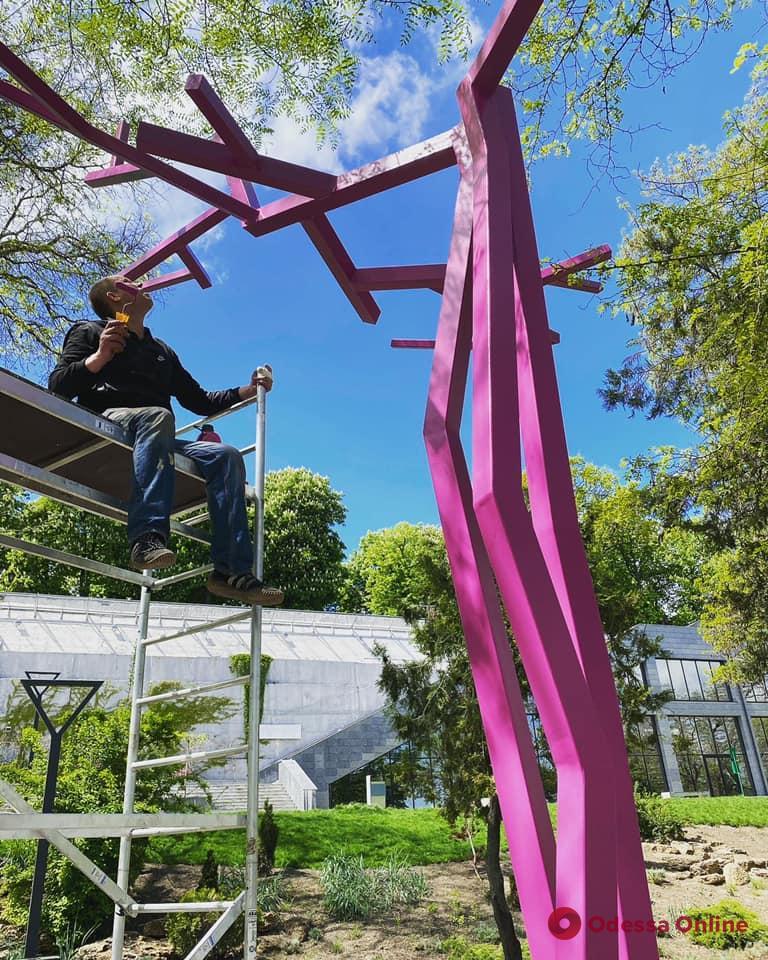 В Греческом парке появилась новая необычная скульптура (фото)