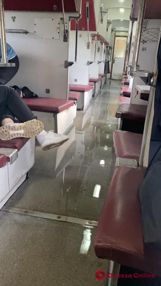 Прорвало трубу: в поезде Рахов — Одесса затопило один из вагонов (фото, видео)