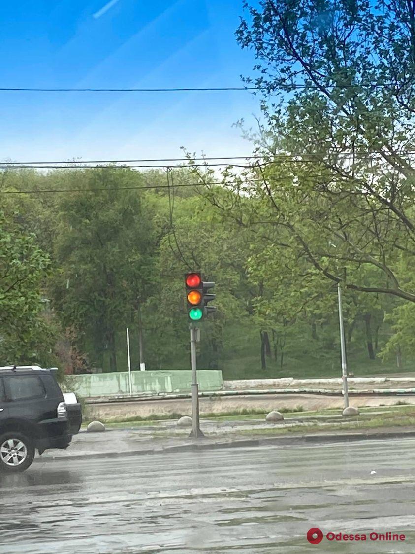 На Балковской «сошел с ума» светофор (фотофакт)