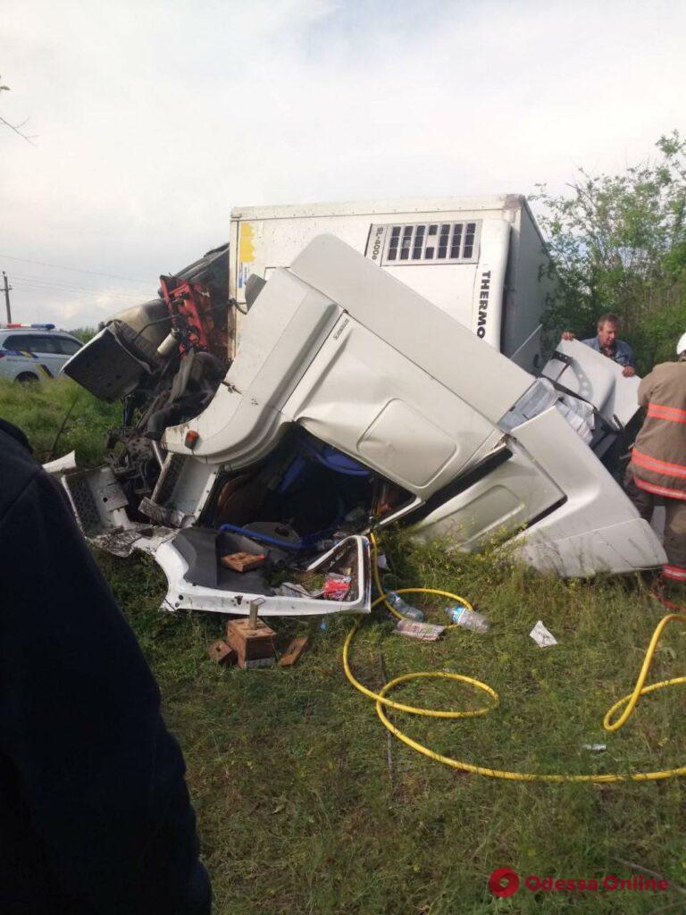 В Одесской области фура вылетела в кювет и опрокинулась – водителя зажало в кабине (обновлено)