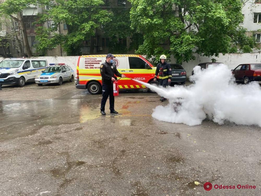 Одесские спасатели провели с полицейскими и работниками миграционной службы занятия по пожарной безопасности (фото)