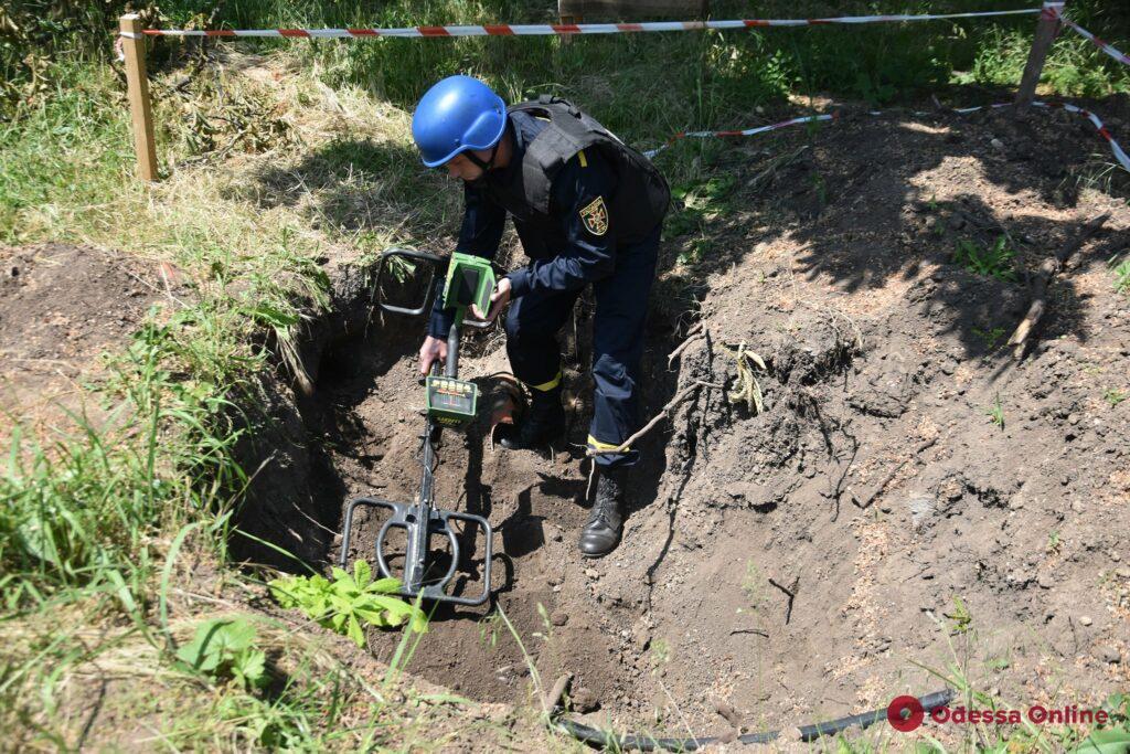 В Одессе на территории больницы нашли артиллерийский снаряд (фото)