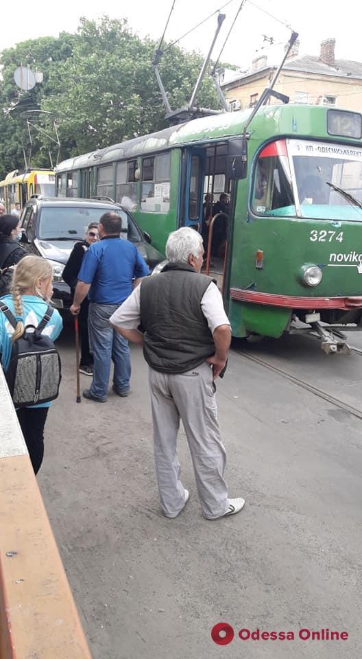 В Одессе автохам на «Лексусе» заблокировал движение трамваев
