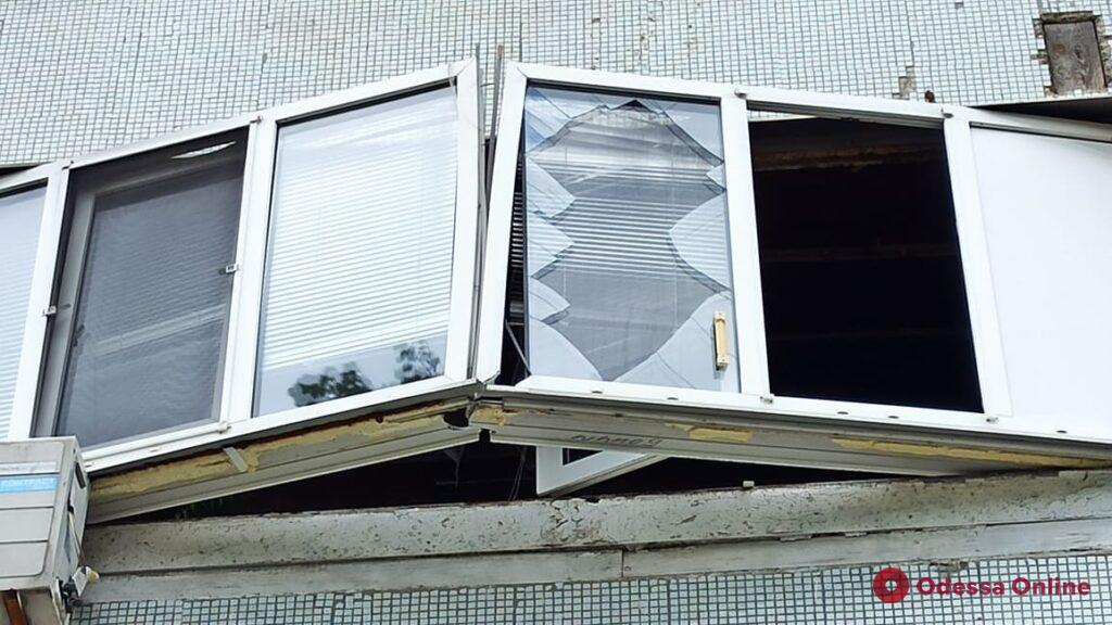 На Фонтане в многоэтажке тушили пожар из-за взорвавшегося телевизора (фото, обновлено)