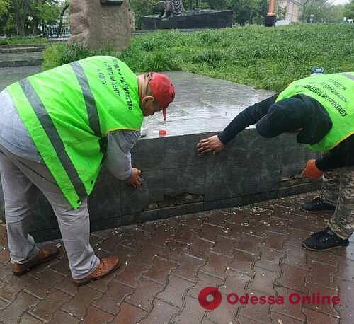 В Старобазарном сквере вандалы разрисовали памятник (фото)