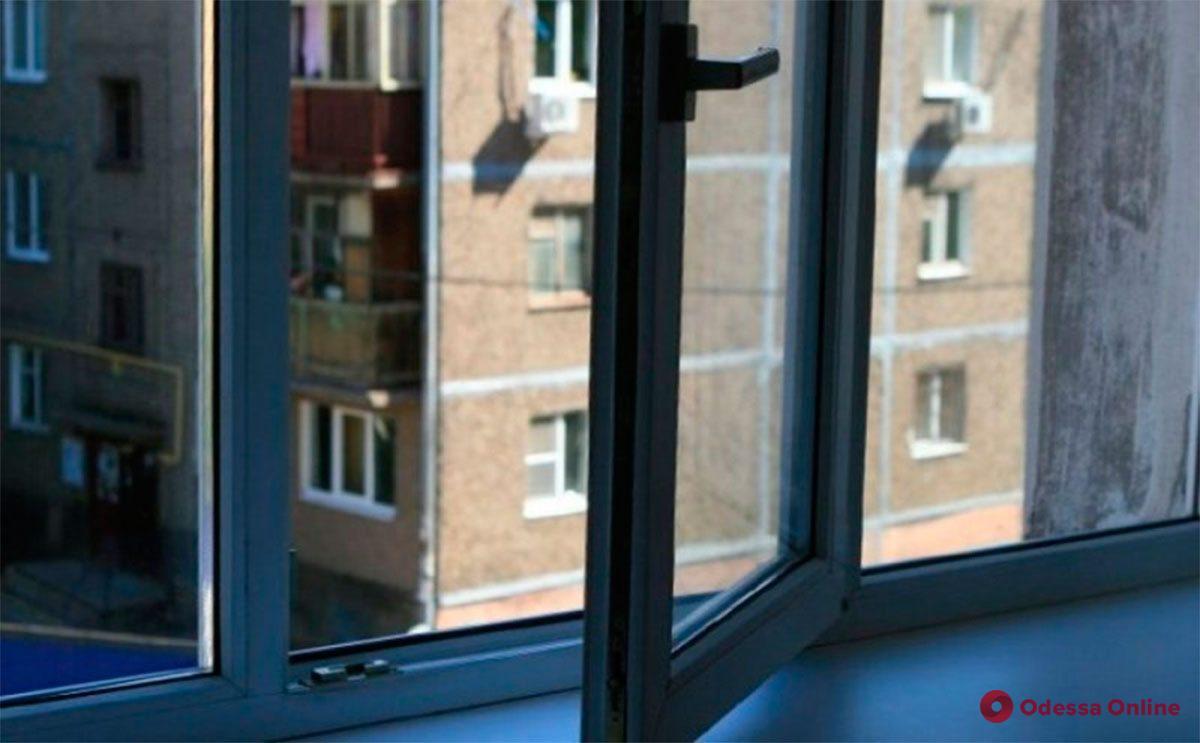На Таирова из окна многоэтажки выбросился мужчина