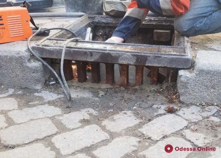 С начала года в Одессе вандалы выломали и украли почти 70 решеток дождеприемников
