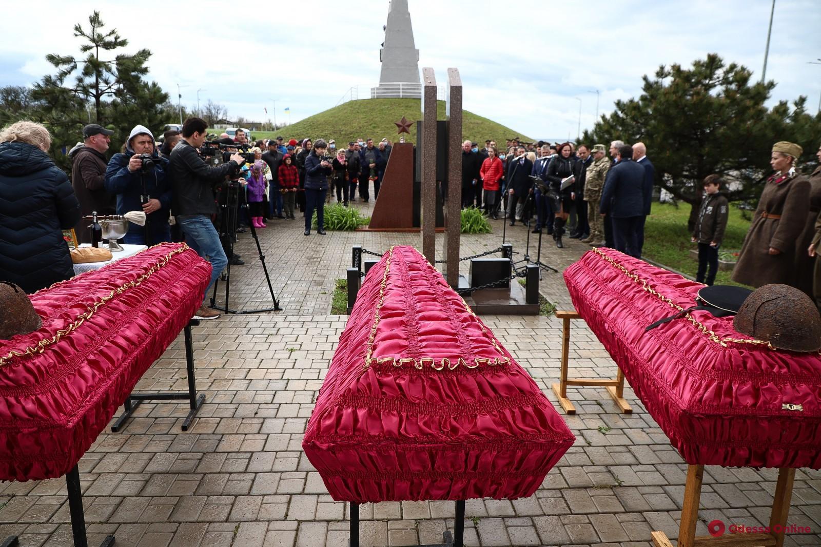Под Одессой перезахоронили останки 15 защитников и освободителей города (фото)
