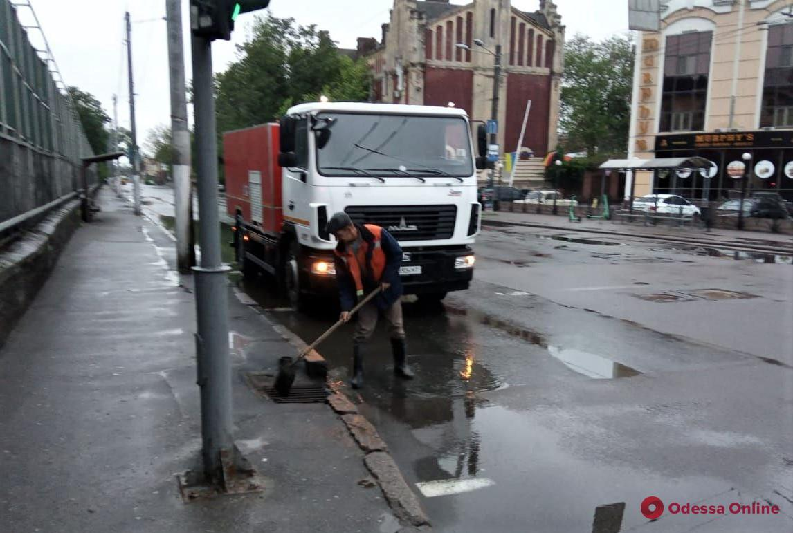 Одесские коммунальщики ликвидируют последствия затяжного дождя