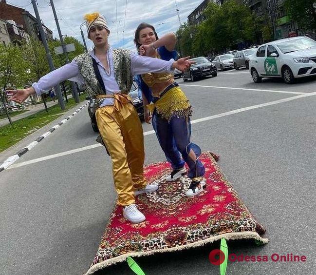 В Харькове «Аладдин и Жасмин» катались по городу на «ковре-самолете» (видео)
