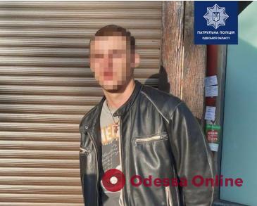 В центре Одессы грабитель ударил прохожего и отобрал у него мобильный телефон
