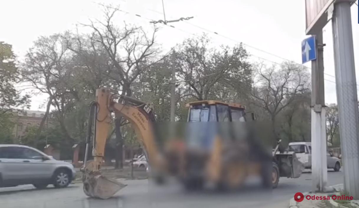 В Одессе оштрафуют водителя экскаватора за езду с помощью ковша (видео)