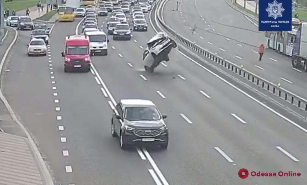 Сальто на мосту: в Киеве машина перевернулась, зацепив оборванные провода (видео)