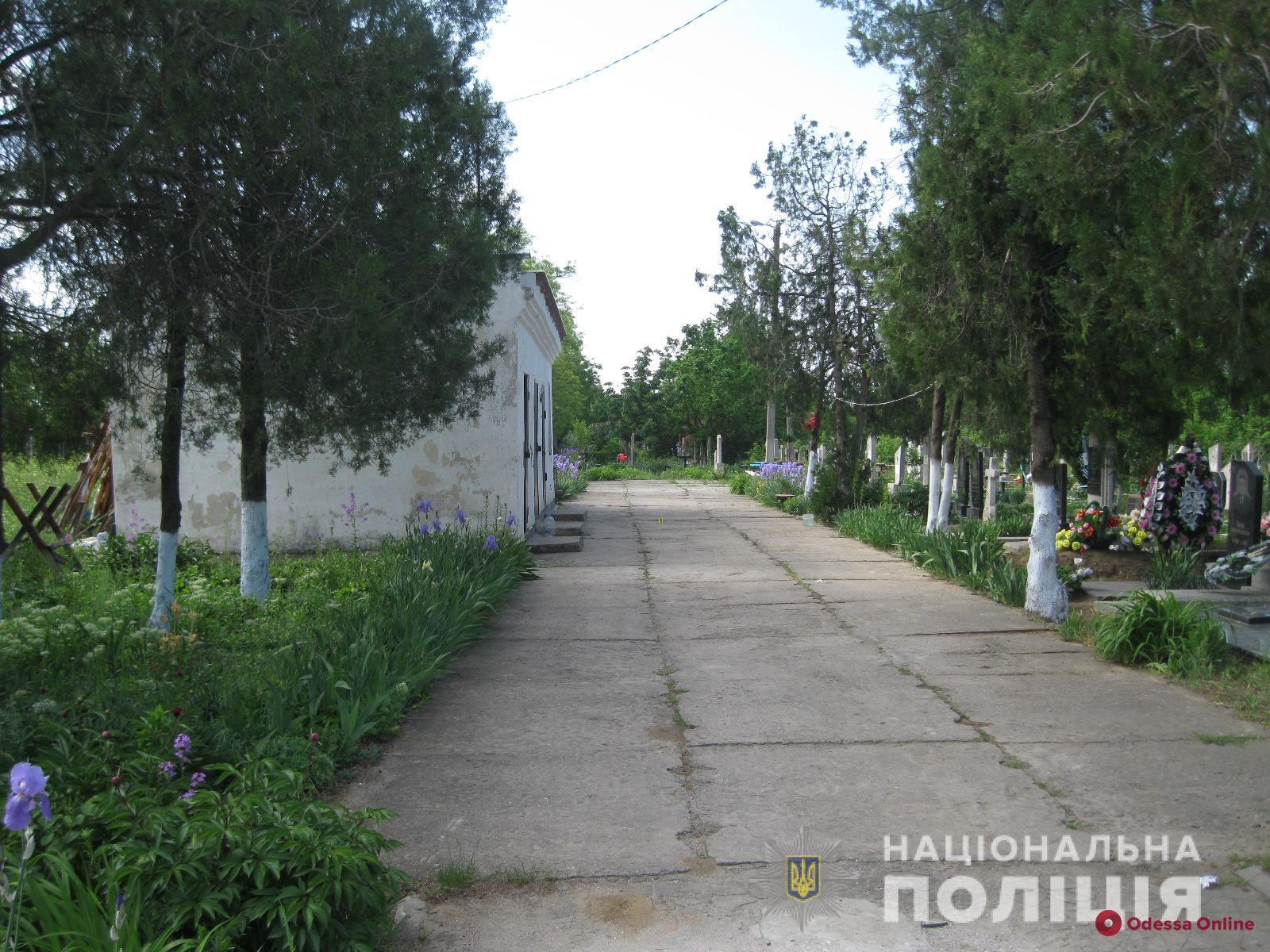 На кладбище в Одесской области двое мужчин стреляли в семейную пару пенсионеров