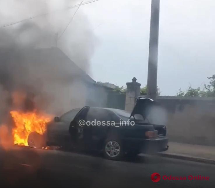 На Грушевского вспыхнул автомобиль (видео)