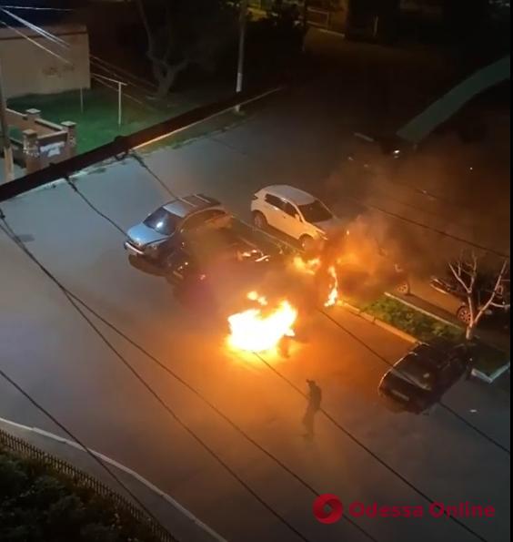 В Черноморске ночью тушили два автомобиля (видео)