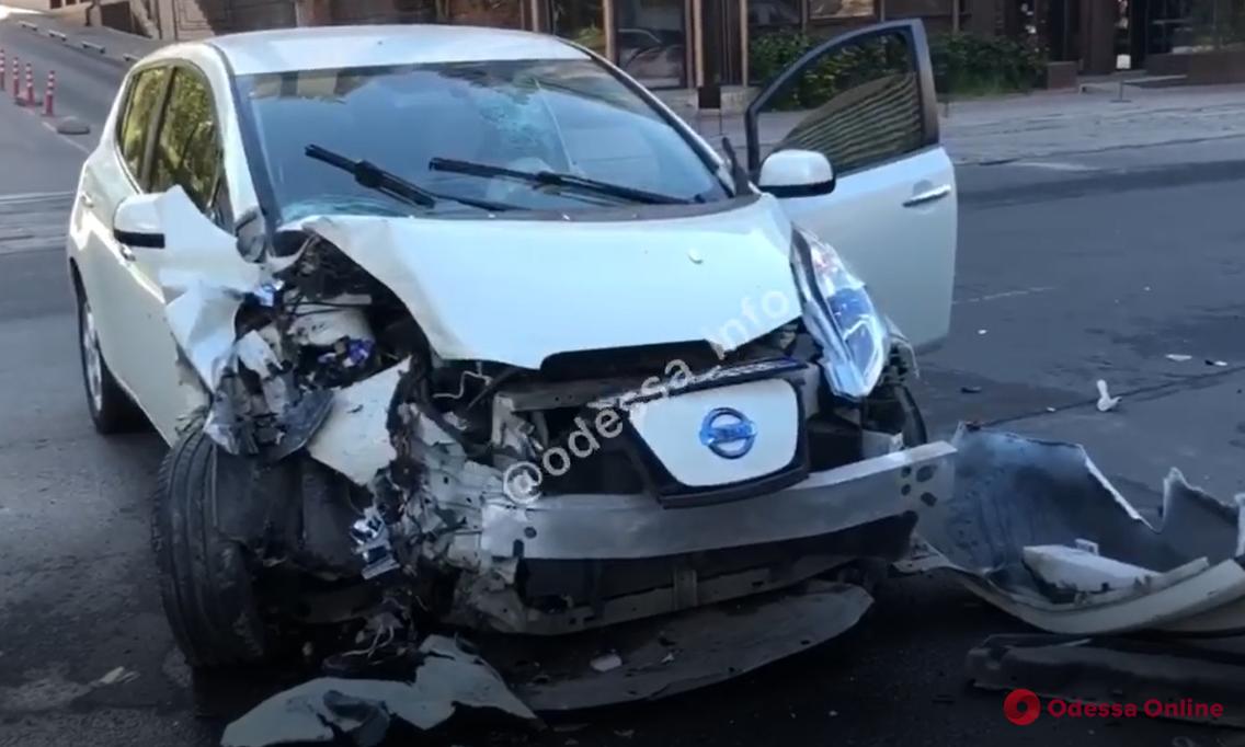 На Генуэзской автомобиль врезался в столб