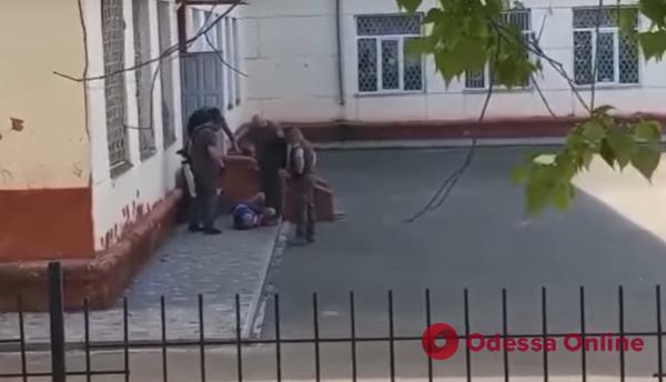 В Черноморске во дворе школы произошла стрельба