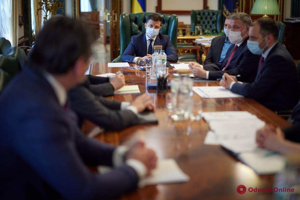 Зеленский поручил правительству подготовить решение о прекращении авиасообщения между Украиной и Беларусью