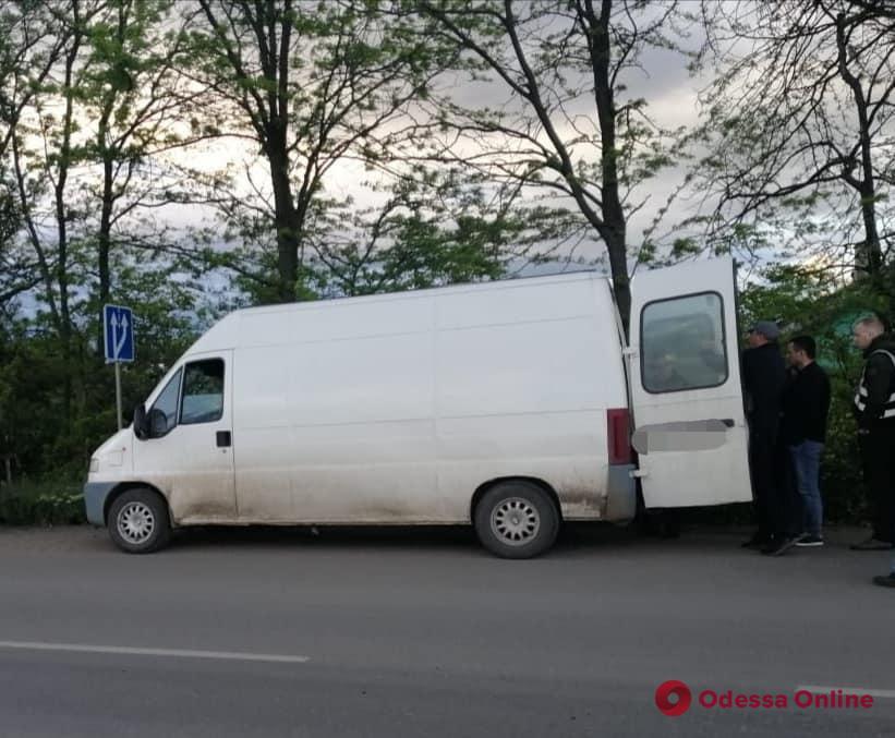 Спрятал тысячу литров спирта под соломой: в Одесской области поймали нелегального перевозчика