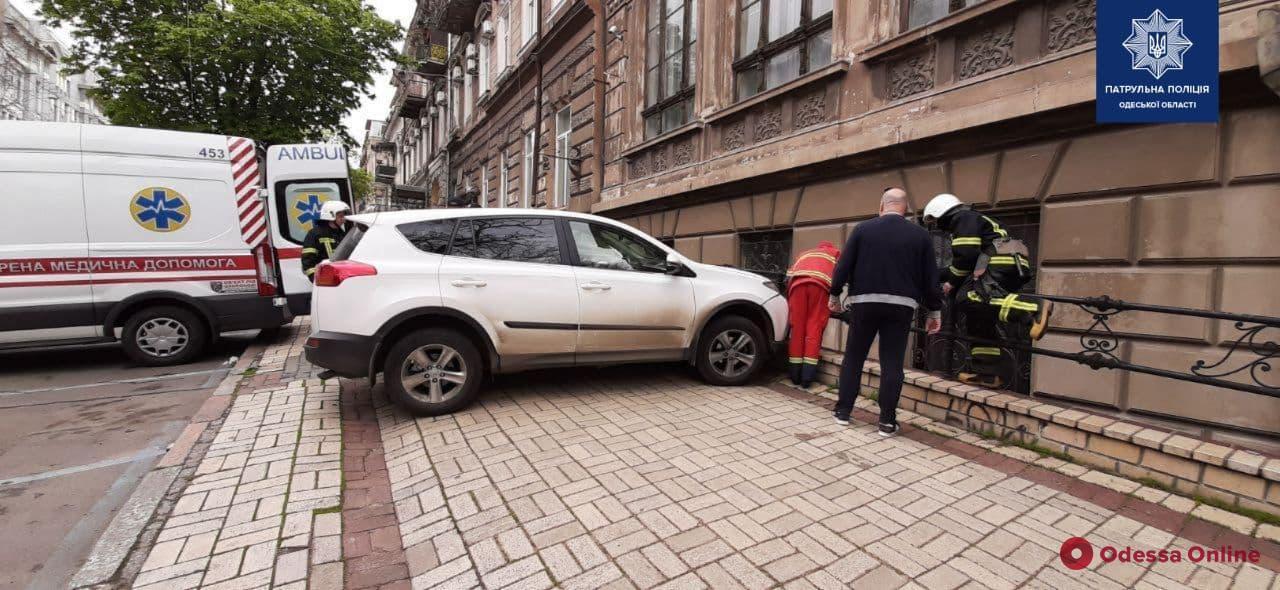 На Греческой автоледи на «Tойоте» во время парковки сбила мужчину