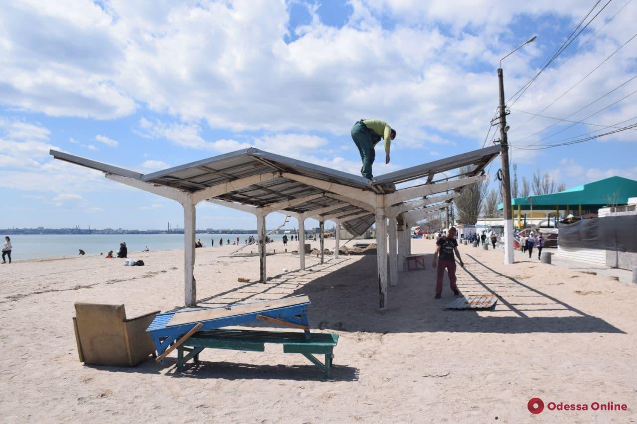 На пляже в Лузановке коммунальщики демонтируют аварийные навесы из бетона