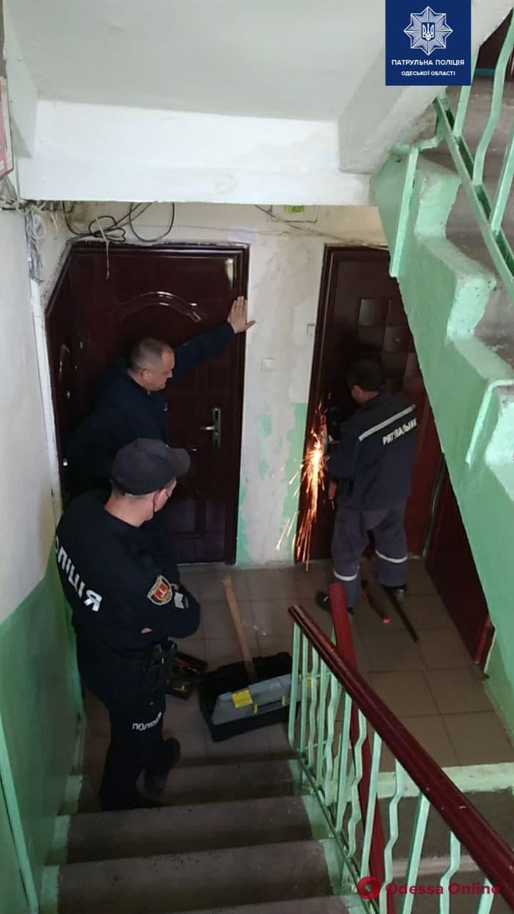 Упала и не могла встать: одесские патрульные спасли запертую в квартире пенсионерку