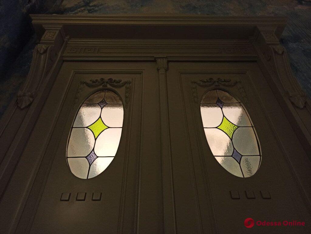 В доме-памятнике архитектуры на Дерибасовской отреставрировали старинную дверь