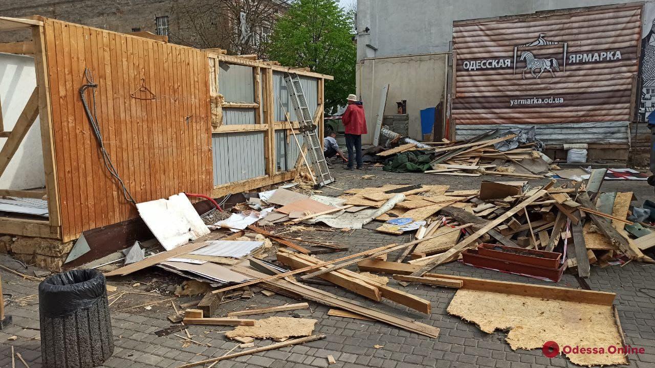На Дерибасовской начали разбирать ярмарку (фото)