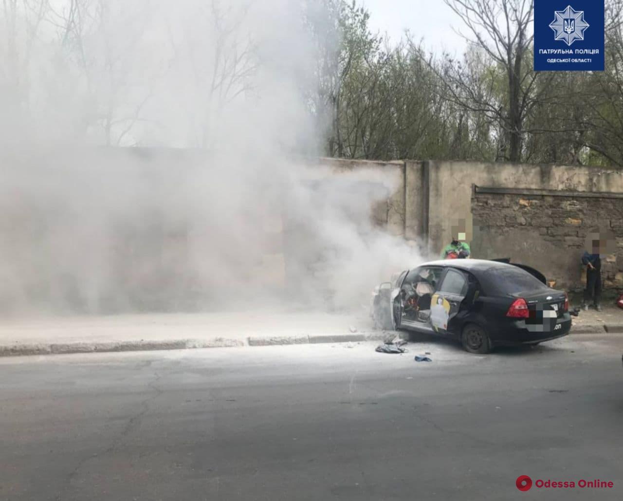 На Пересыпи такси врезалось в забор и загорелось — водитель погиб (обновляется)