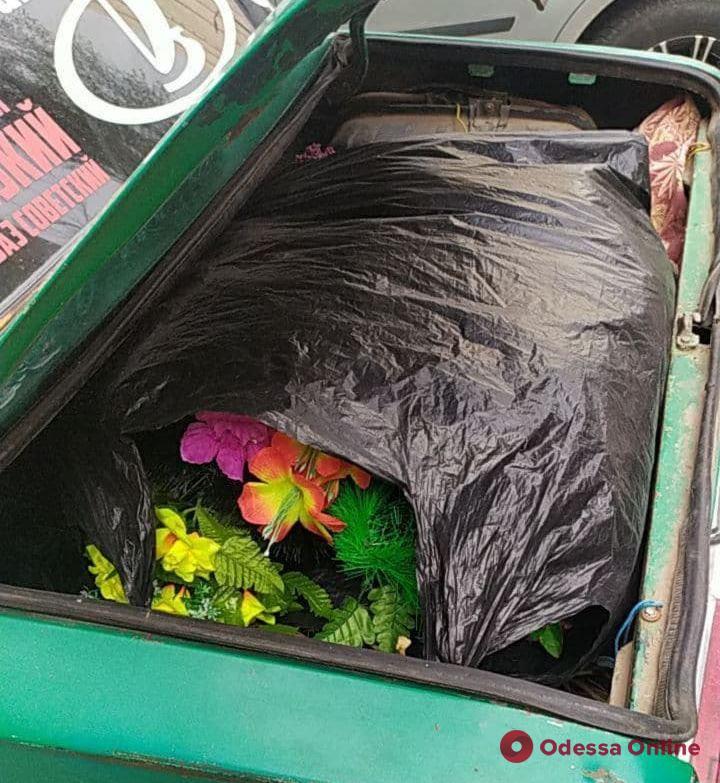Кража венков с могил: в Одессе задержали кладбищенских воров