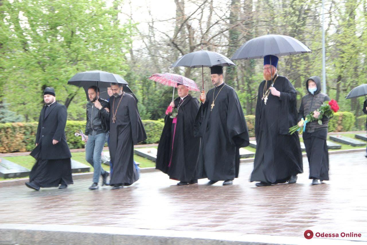 День памяти и примирения: в Одессе к памятнику Неизвестному матросу возложили цветы и провели молебен (фото)