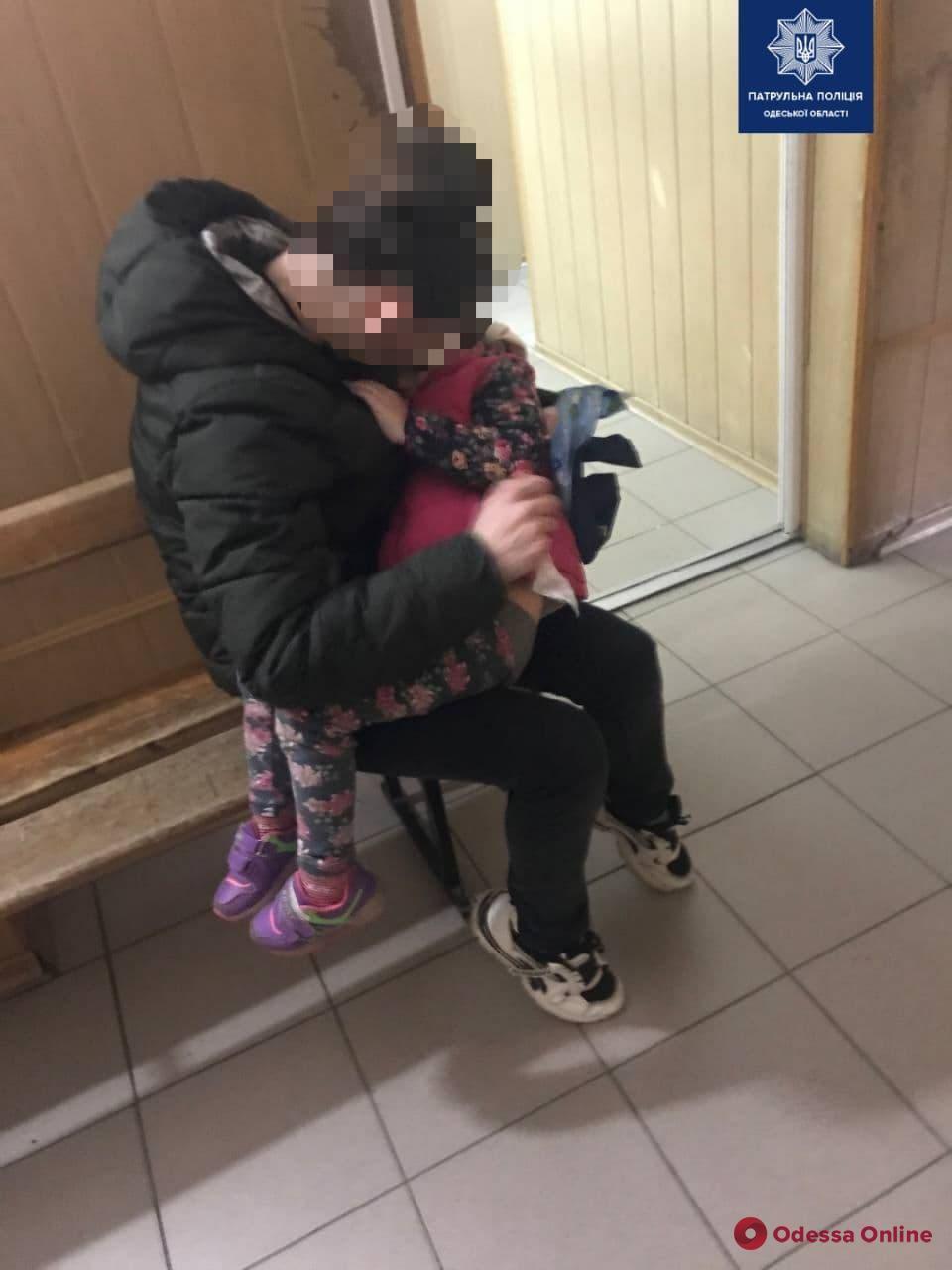 Одесские патрульные оперативно доставили в больницу травмированную 4-летнюю девочку