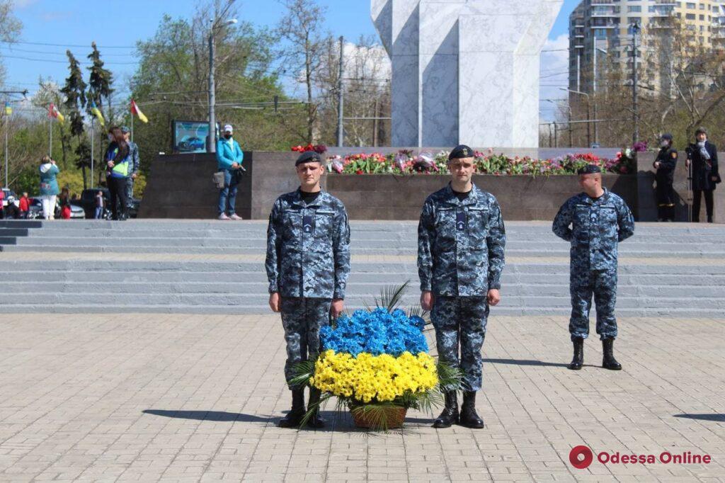 Одесситы возложили цветы к стеле «Крылья Победы» (фото, видео)