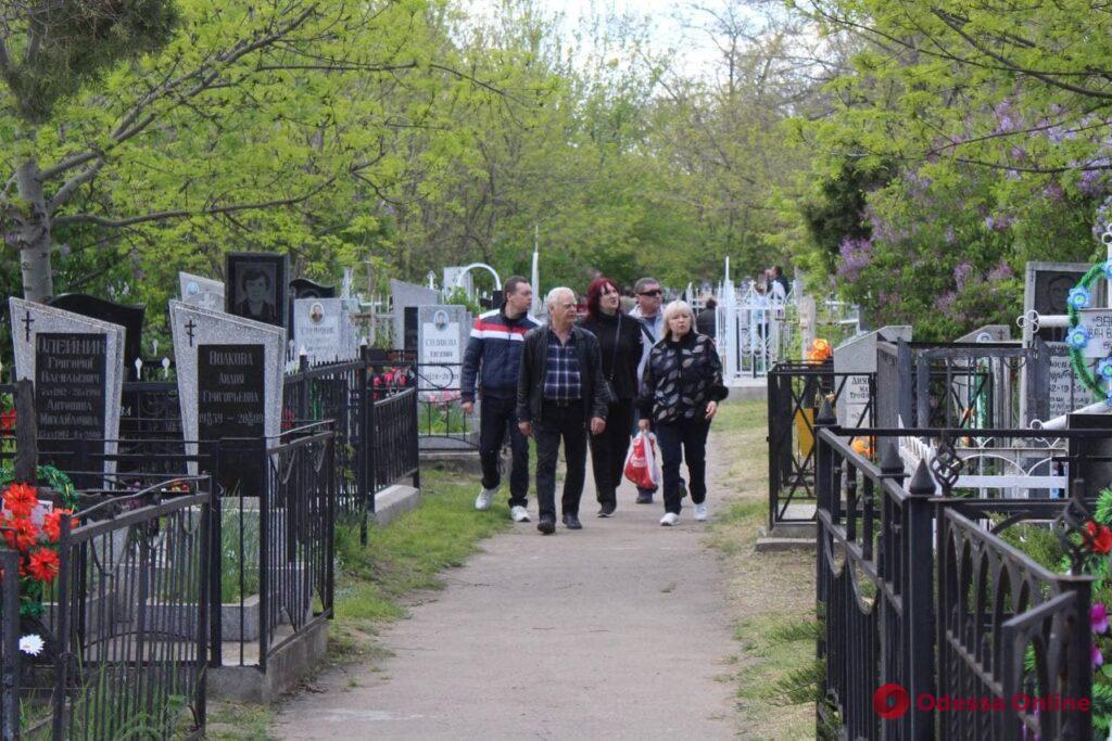 Поминальные дни в Одессе: открытые ворота на кладбище и трапезы у могил (фото)