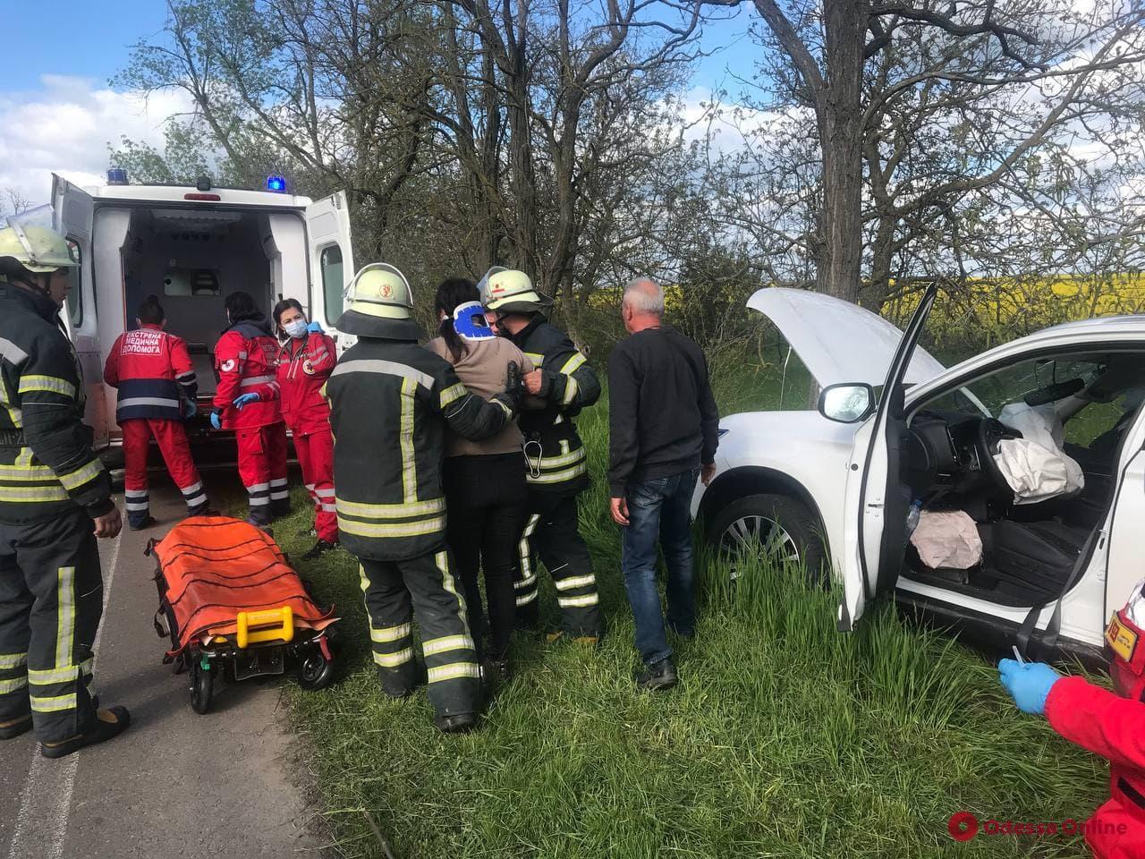 Под Одессой спасатели доставали женщину из поврежденного в ДТП авто (фото)