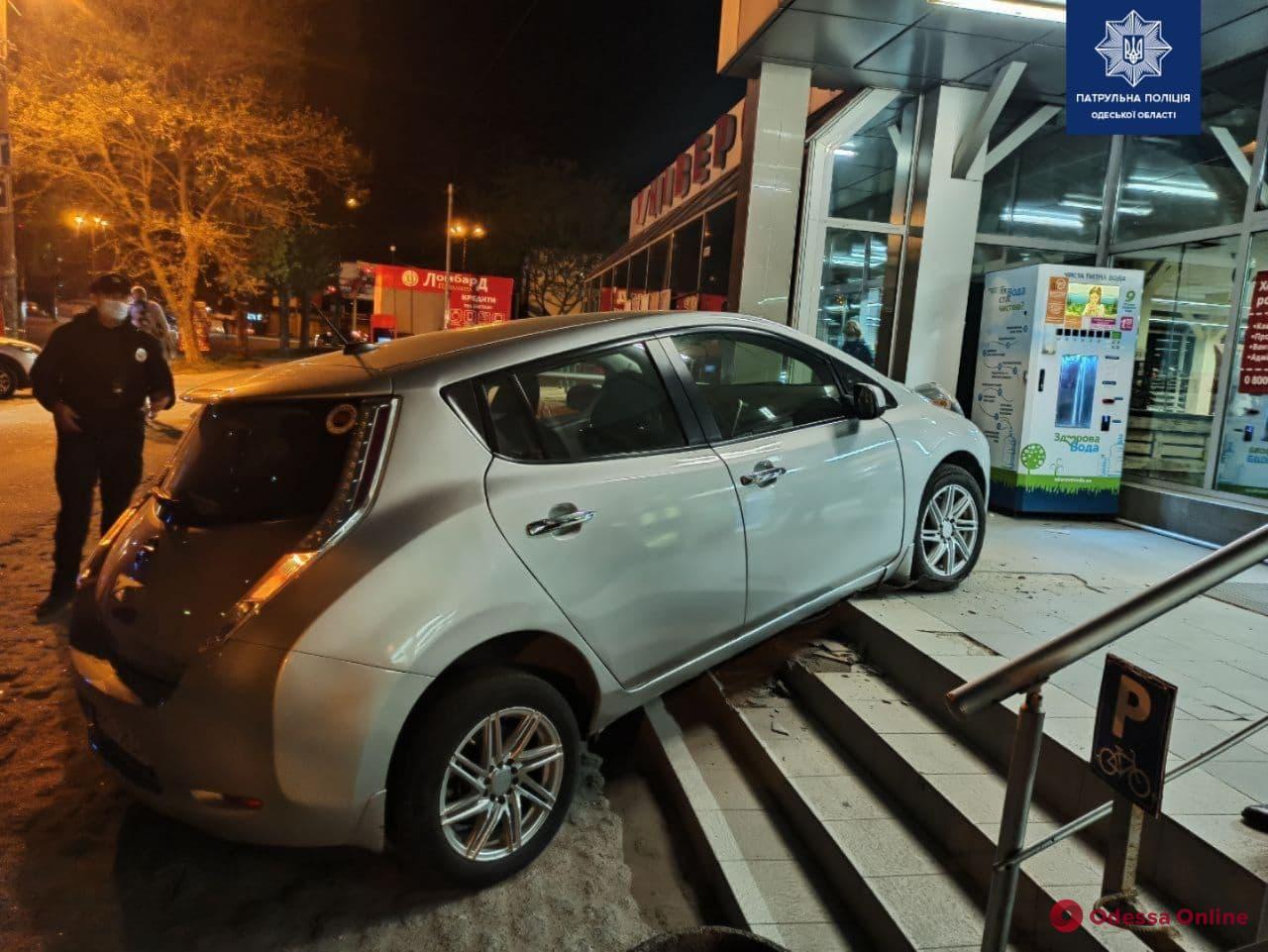 На Таирова Nissan Leaf «взбунтовался» и едва не заехал в супермаркет (фото)