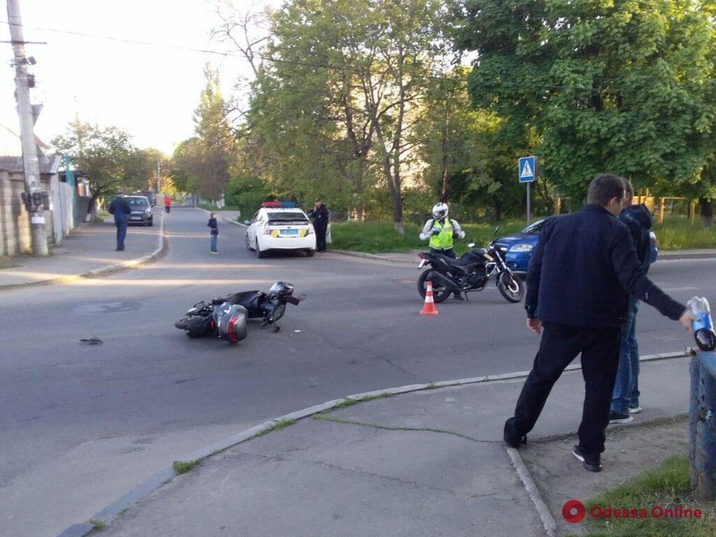 В Одессе BMW сбил мотоциклиста и скрылся с места ДТП (фото)