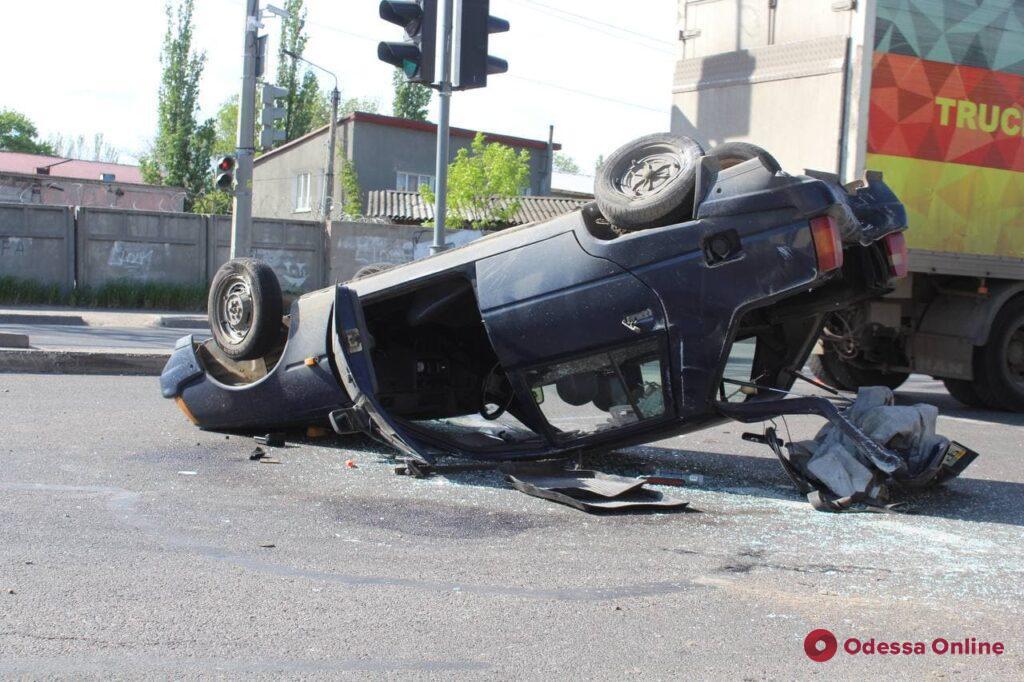 В Одессе в результате ДТП перевернулась машина (фото, обновлено)