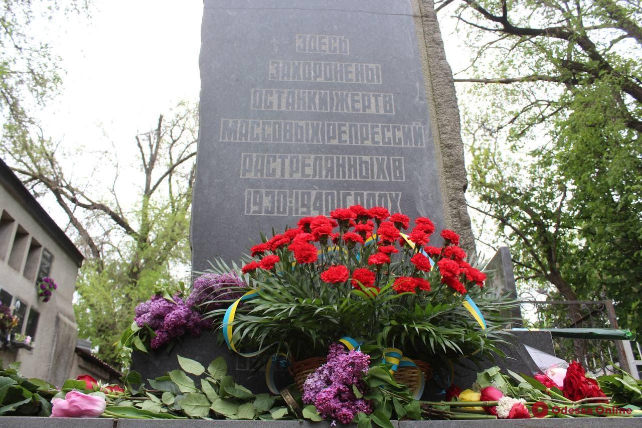 Одесситы возложили цветы к памятной доске и могиле жертв политических репрессий (фото)