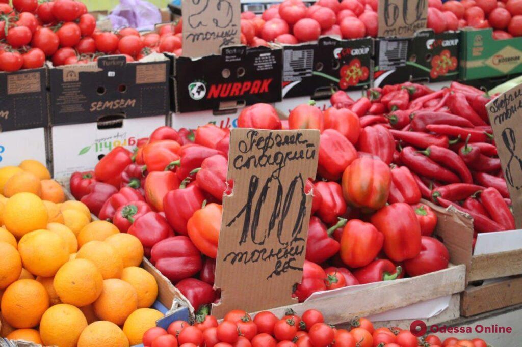 Молодой картофель, яблоки и клубника: воскресные цены на одесском «Привозе»