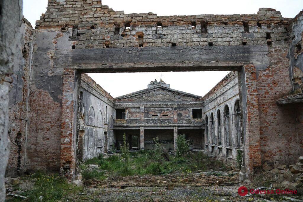 Заросли бурьяна и много мусора: руины сгоревшего Дома культуры в Черноморке (фоторепортаж)