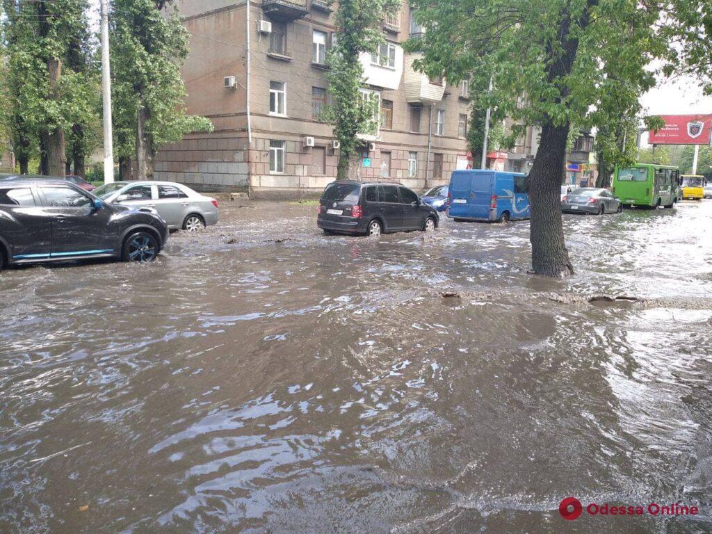 Одесса: из-за ливня затопило улицу Среднефонтанскую (фото, видео)