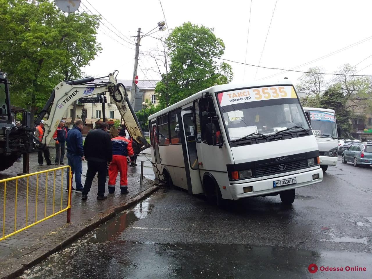 В центре Одессы маршрутка провалилась в люк (фото)